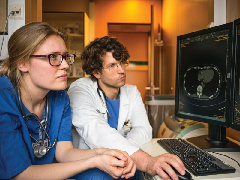 doctors-analysing-images